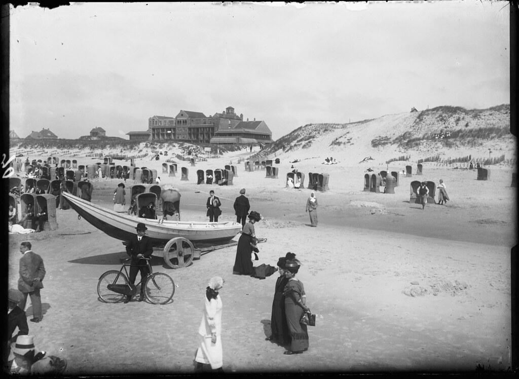 Het strand van Bergen aan Zee in 1920 met in het verschiet hotel Nassau door A.J. Bonda.